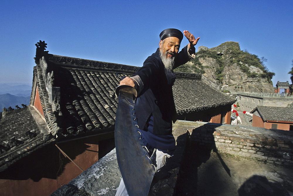 Taichi master, monk demonstrates a ritual sword fight, Tianzhu feng, monastery village, below the peak, Wudang Shan, Taoist mountain, Hubei province, Wudangshan, Mount Wudang, UNESCO world cultural heritage site, birthplace of Tai chi, China, Asia