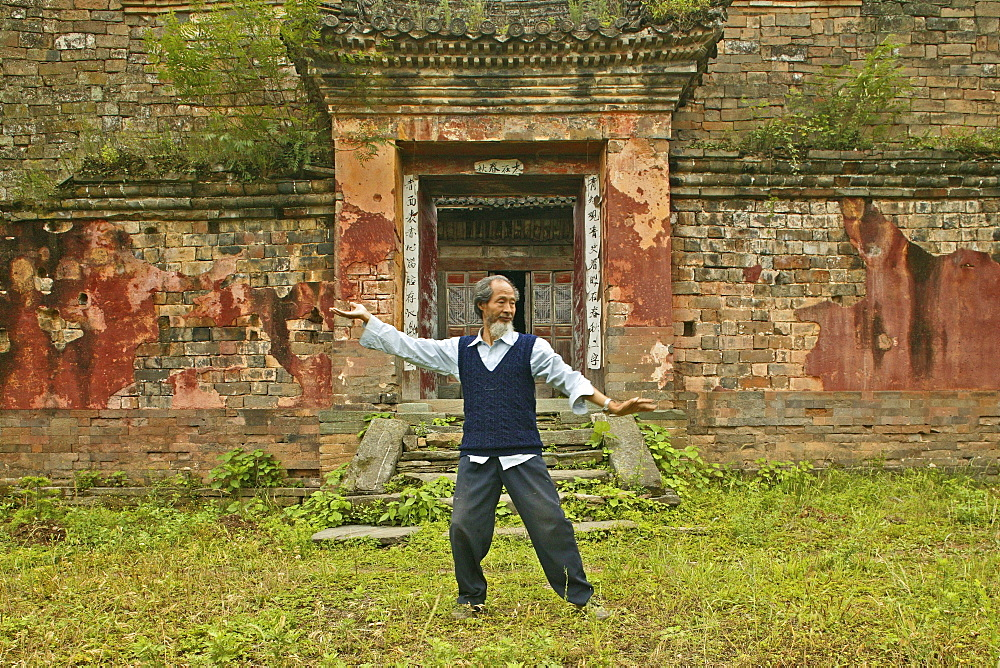 Master demonstrates Taichi movements, in front of his old house below the peak, Wudang Shan, Taoist mountain, Hubei province, Wudangshan, Mount Wudang, UNESCO world cultural heritage site, birthplace of Tai chi, China, Asia