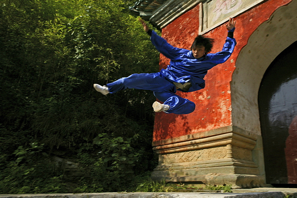 Taichi training from Wudang School of Martial Arts, in front of Purple Heaven Hall, Zi Xiao Gong, peak 1613 metres high, Wudang Shan, Taoist mountain, Hubei province, Wudangshan, Mount Wudang, UNESCO world cultural heritage site, birthplace of Tai chi, Ch