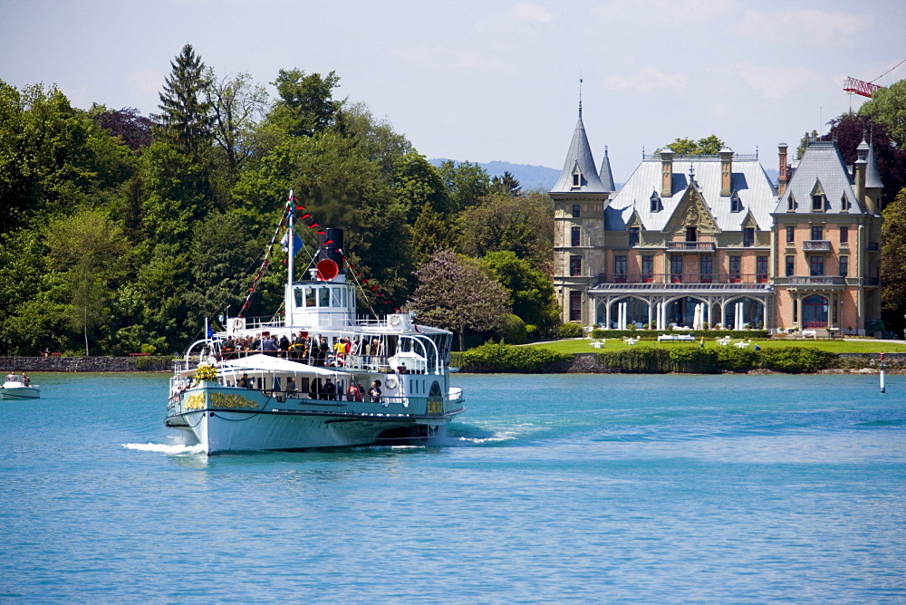 Steamer DS Bluemlisalp passing Castle Schadau at Lake Thun, Thun (largest garrison town of Switzerland), Bernese Oberland (highlands), Canton of Bern, Switzerland