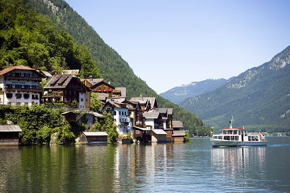 Excursion boat arriving Hallstatt, Salzkammergut, Upper Austria, Austria