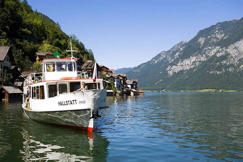 Excursion boat leaving Hallstatt, Salzkammergut, Upper Austria, Austria