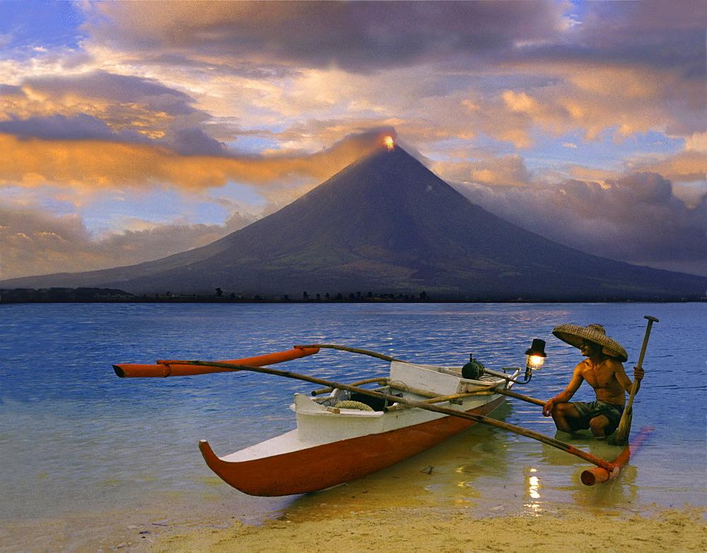 Fisherman, Mayon volcano near Legazpi City, eruption at sunset, Legazpi, Luzon Island, Philippines