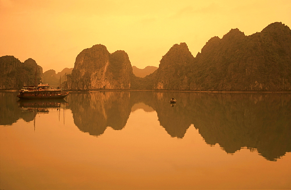 Vietnam, Halong Bay, Sunset