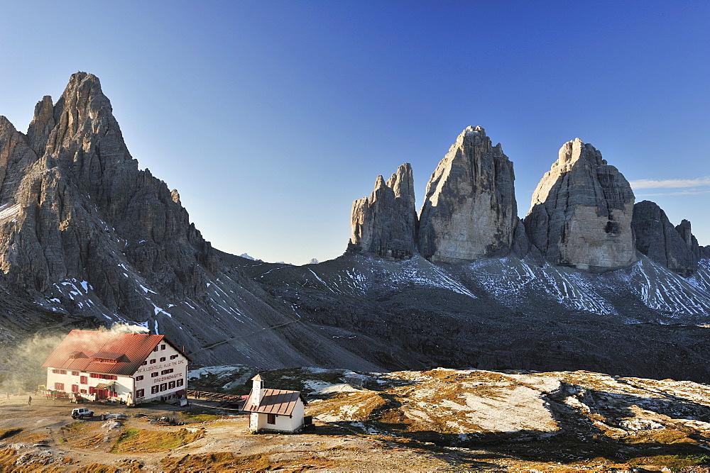 Hut Rifugio Locatelli, Drei-Zinnen-Huette, with Tre Cime di Lavaredo, Drei Zinnen, Dolomites, UNESCO World Heritage Site, South Tyrol, Italy