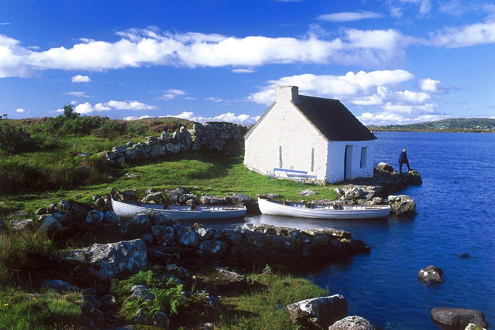 Europe, Great Britain, Ireland, Co. Galway, Connemara, cottage at the coast near Casla