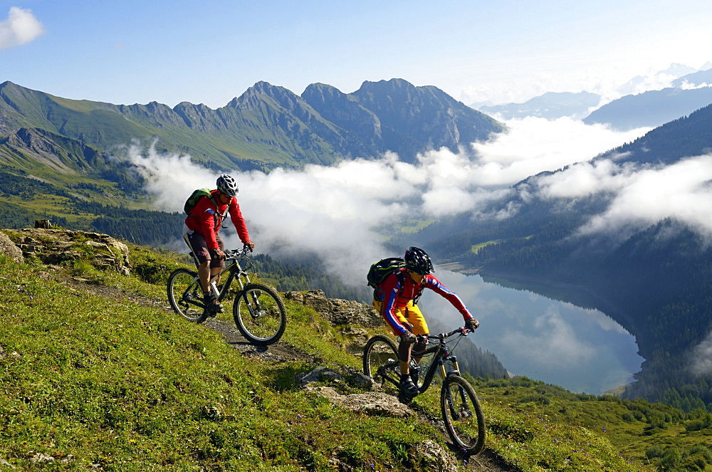 Mountain biker at Col des Anderets, Col du Pillon, Gstaad, Saanenland, Bernese Oberland, Switzerland, Europe
