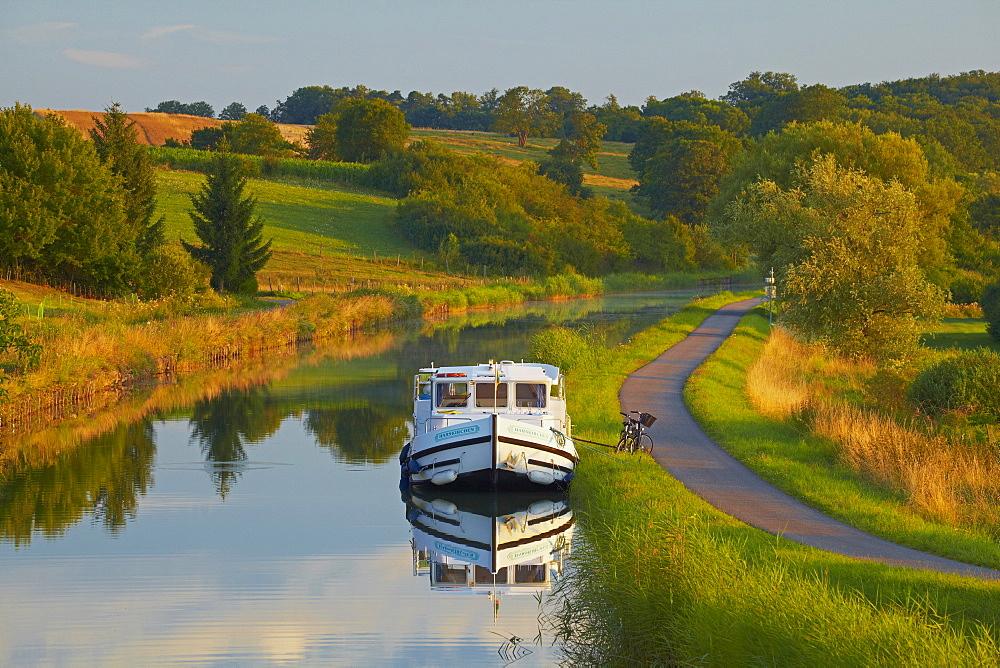 Houseboat on the Canal des Houilleres de la Sarre near Harskirchen, Bas Rhin, Region Alsace Lorraine, France, Europe
