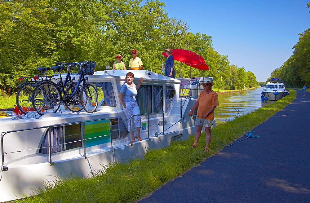 Houseboat on the Canal des Houilleres de la Sarre near Lock 1, Moselle, Region Alsace Lorraine, France, Europe