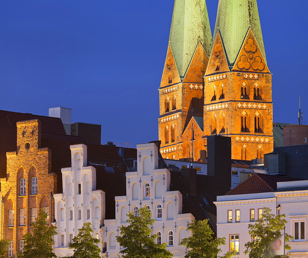 Church of St. Mary with stepped gable houses, Marienkirche, Trave, Luebeck, Schleswig-Holstein, Germany