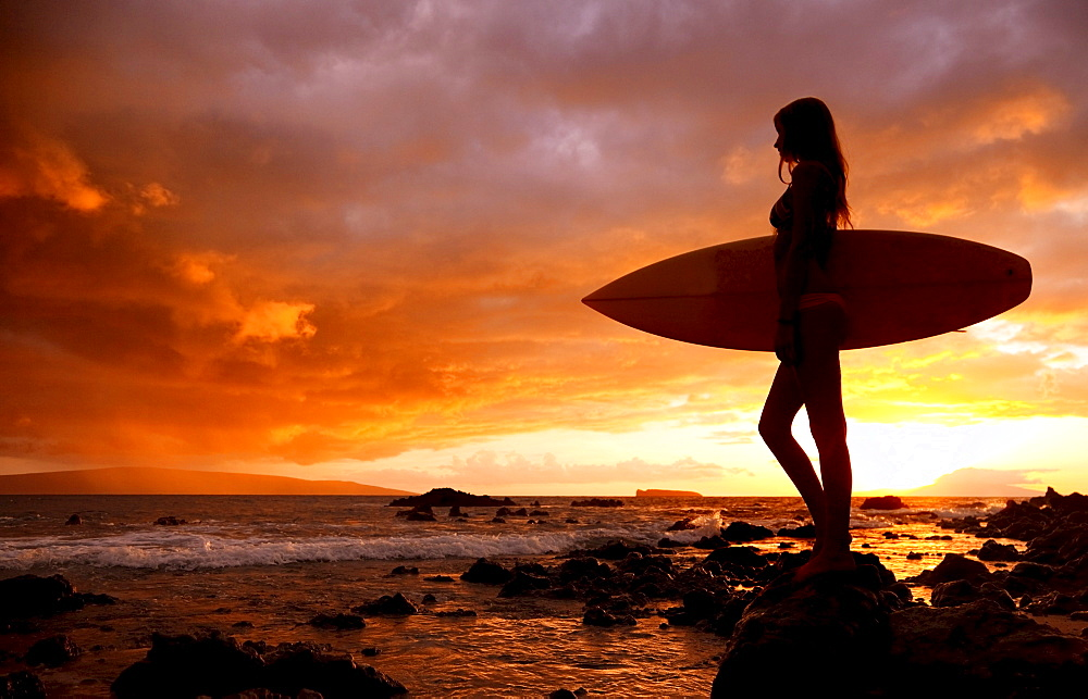Hawaii, Maui, Makena, Silhouette of surfer girl at sunset - 1116-27891