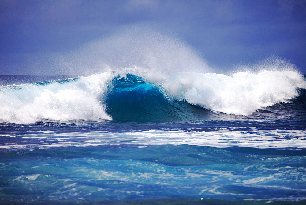 Hawaii, Oahu, Beautiful wave breaking.