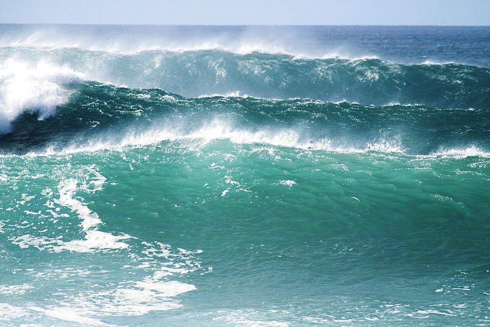 Hawaii, Oahu, Beautiful set of waves.