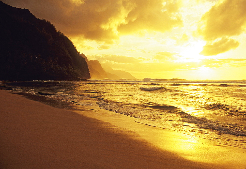 Hawaii, Kauai, Na Pali Coast, beach at sunset, golden orange reflections