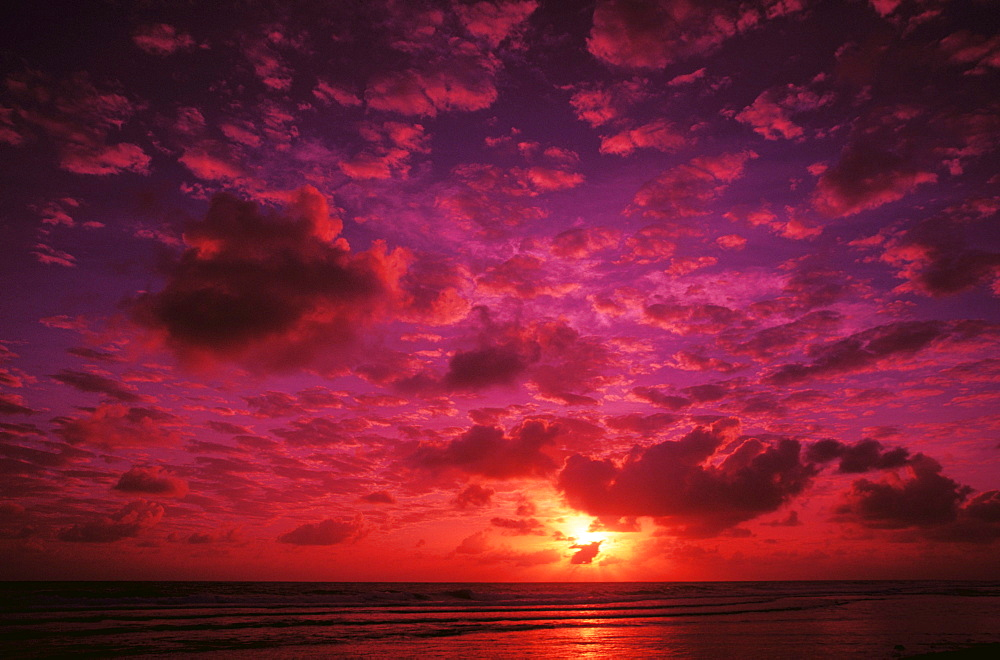 Kiribati, Kiritimati (Christmas Island), Colorful sunset over the ocean