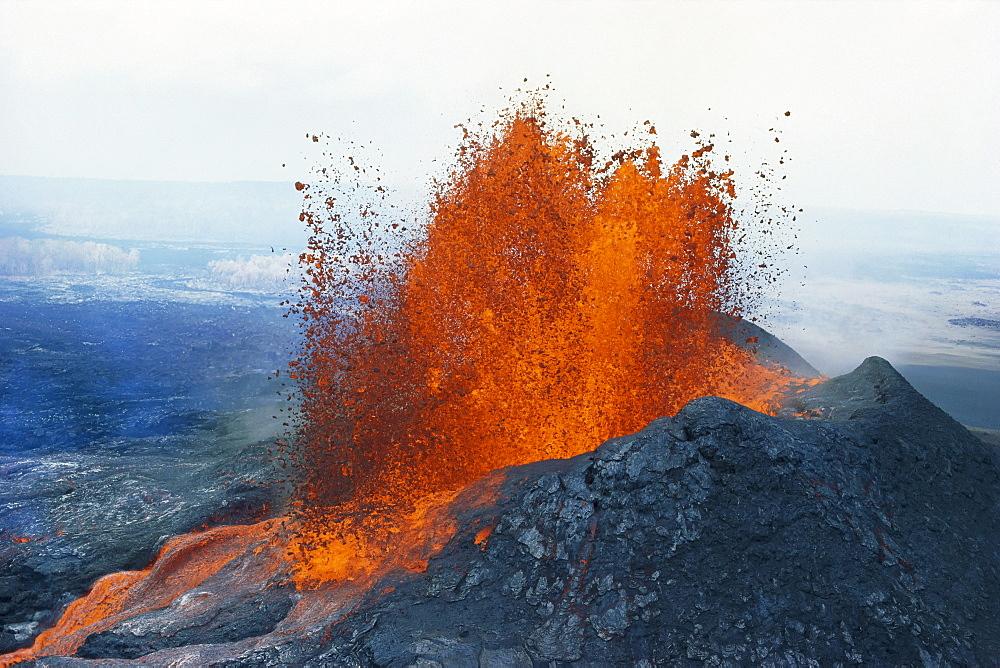 Hawaii, Big Island, Hawaii Volcanoes National Park, Fountaining Lava, Puu Oo Vent,
