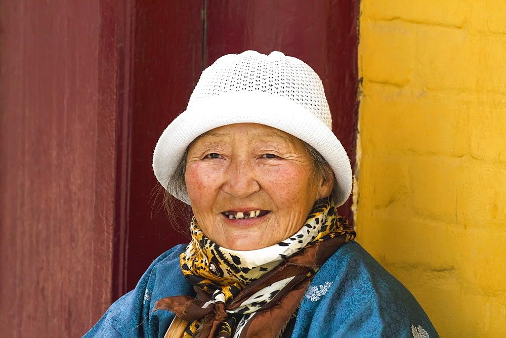 Old woman be the Gandan Monastery (Gandantegchinlen Khiid), Ulaanbaatar (Ulan Bator), Mongolia