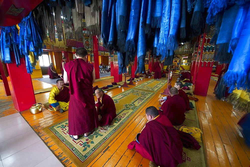 Buddhist monks in the Tashchoimphel Temple at the Gandan Monastery (Gandantegchinlen Khiid), Ulaanbaatar (Ulan Bator), Mongolia