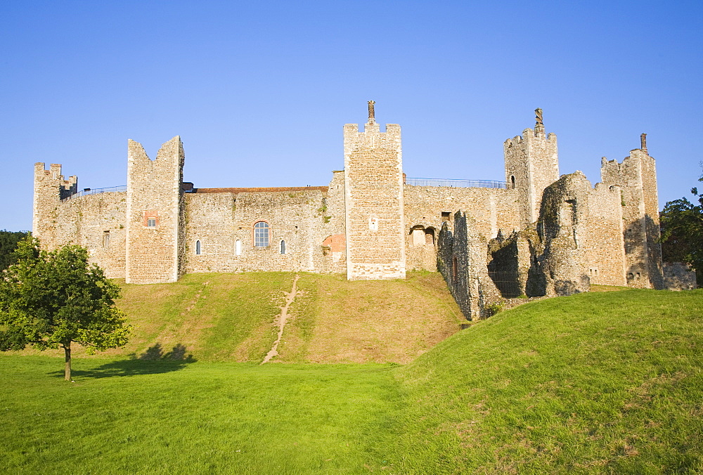 Curtain wall and ramparts of Framlingham Castle, Framlingham, Suffolk, England, United Kingdom, Europe - 1121-9