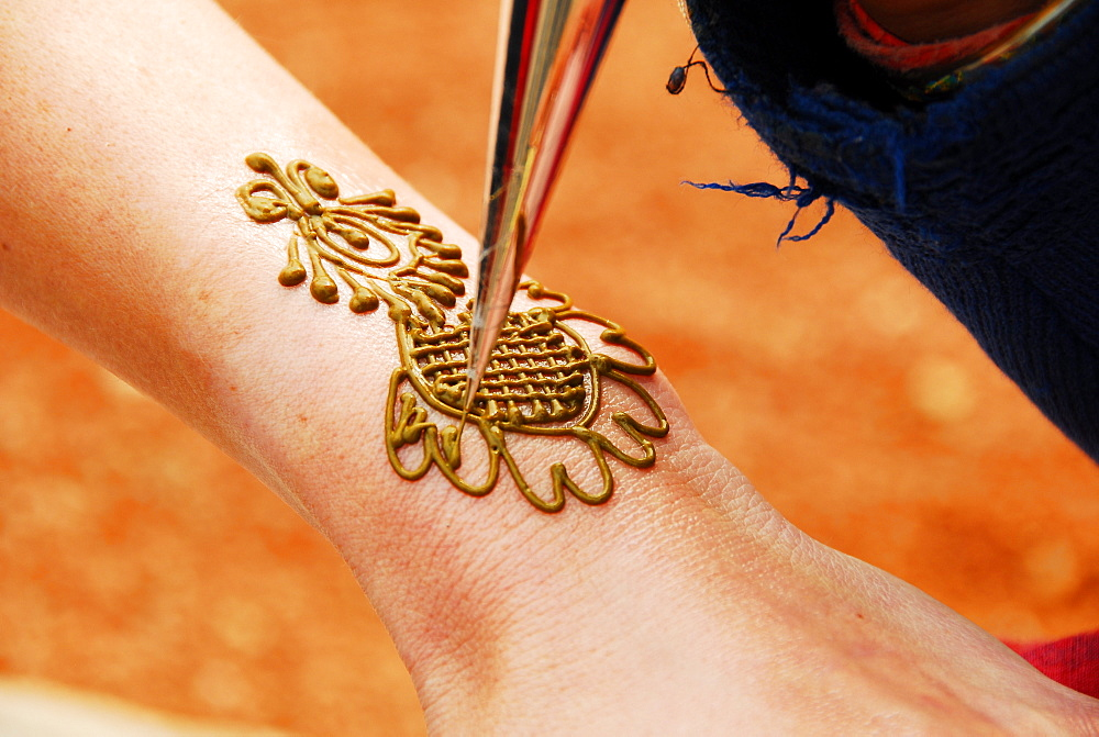 Drawing henna on hand, New Delhi, India, Asia