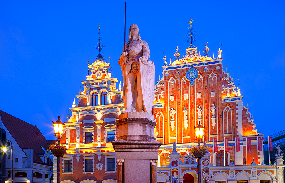 Statue of Roland, House of Blackheads and Schwab House at dusk, Town Hall Square, Old Town, UNESCO World Heritage Site, Riga, Latvia, Europe - 1126-1801