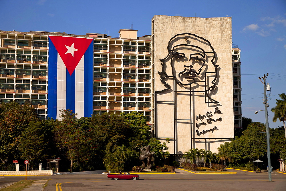 Ministry of Interior building with Che Guevara mural and Cuban flag on Revolution Square Plaza de la Revolucion with the giant Obelisk Memorial Jose Marti in Havana, Cuba, Caribbean / Havanna, Innenministerium, Platz der Revolution