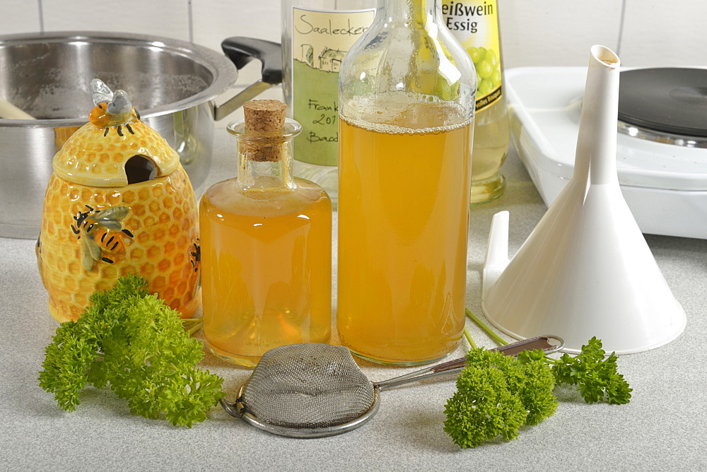 Heart wine, parsley wine / (Petroselinum crispum) / wine vinegar, white wine, honey