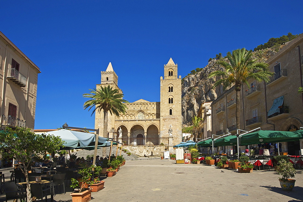 Cathedral San Salvatore, Piazza Duomo in Cefalu, Sicily, Italy