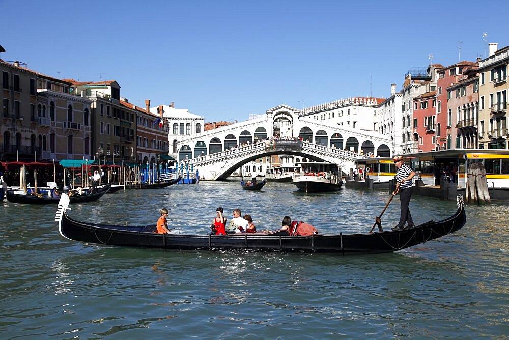 Gondola and the Rialto Bridge over the Grand Canal, Venice, UNESCO World Heritage Site, Veneto, Italy, Europe