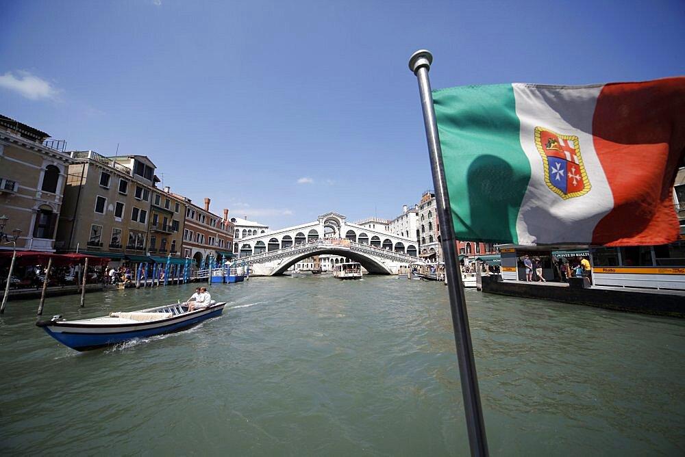 Boat, Rialto Bridge and flag, Venice, UNESCO World Heritage Site, Veneto, Italy, Europe