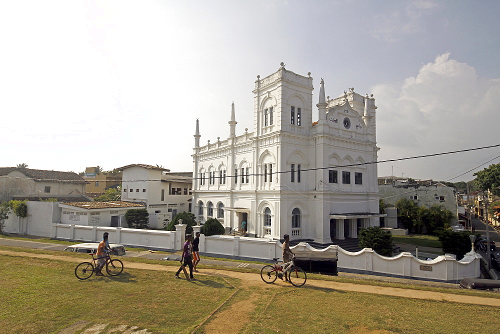 Forte Mosque and cyclists, UNESCO World Heritage Site, Galle, Sri Lanka, Asia