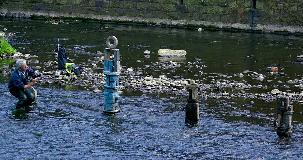 River Artist Dan Photographs His Work, River Don, Sheffield - 1130-6470
