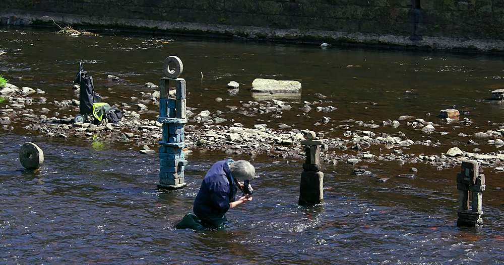 River Artist Dan Photographs His Work, River Don, Sheffield - 1130-6471