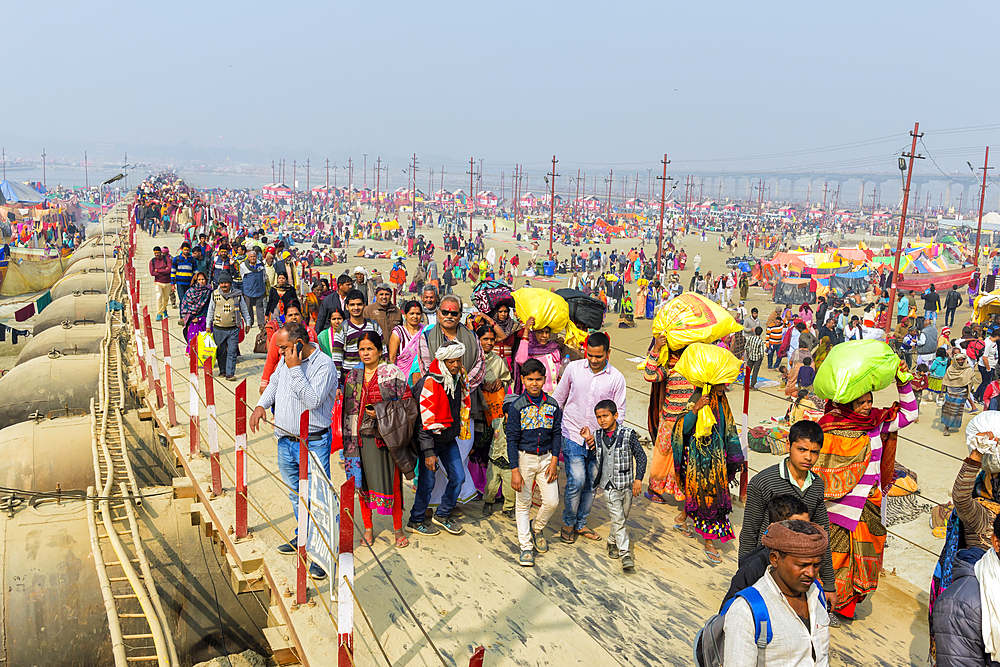 Pilgrims on the way to Allahabad Kumbh Mela, World?s largest religious gathering, Uttar Pradesh, India
