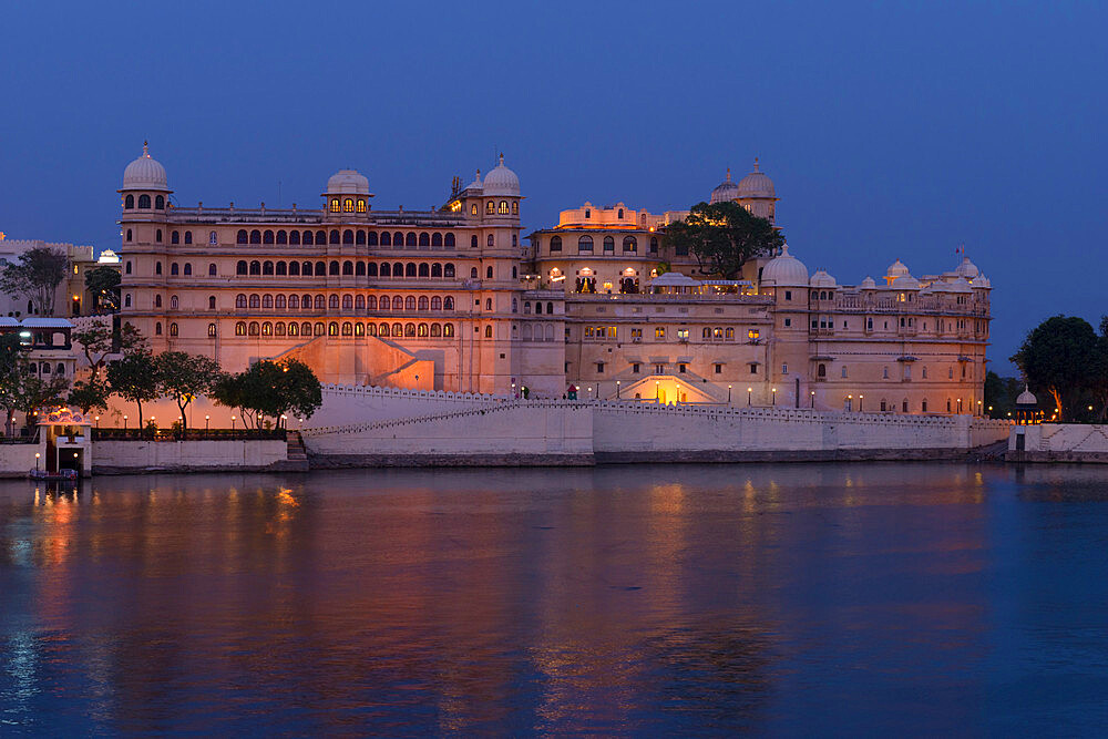 City Palace and lake Pichola at sunset, Udaipur, Rajasthan, India