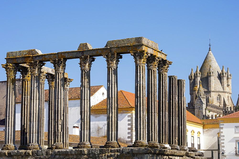 Roman temple of Diana in front of the Santa Maria Cathedral, Evora, UNESCO World Heritage Site, Alentejo, Portugal, Europe