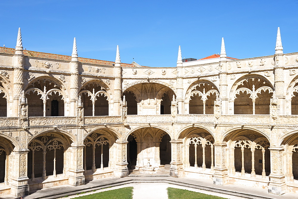Courtyard of the two-storied cloister, Mosteiro dos Jeronimos (Monastery of the Hieronymites), UNESCO World Heritage Site, Belem, Lisbon, Portugal, Europe