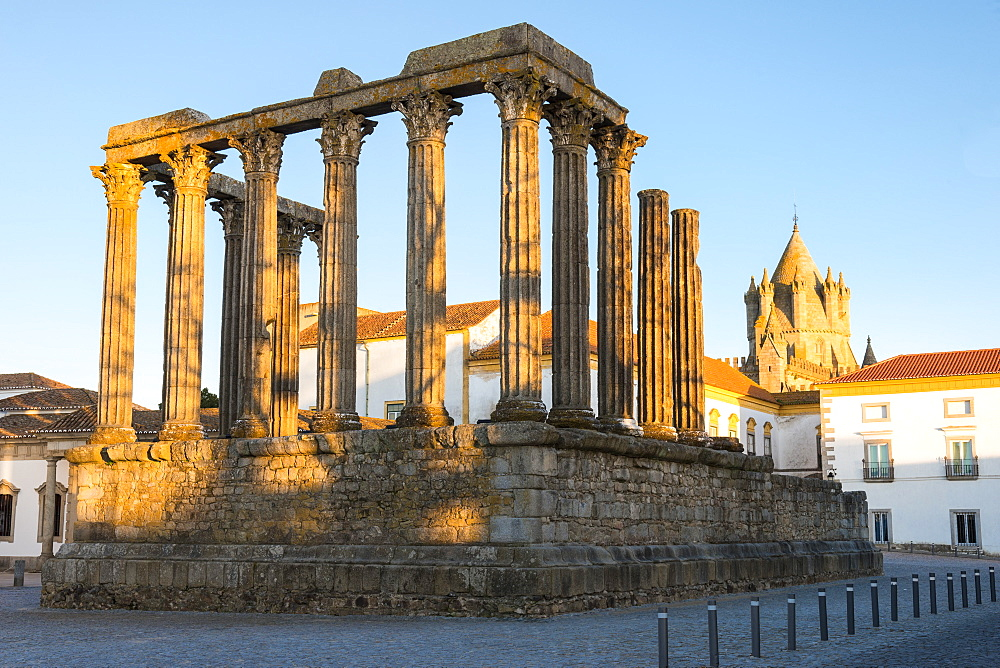 Roman temple of Diana in front of the Santa Maria Cathedral, UNESCO World Heritage Site, Evora, Alentejo, Portugal, Europe