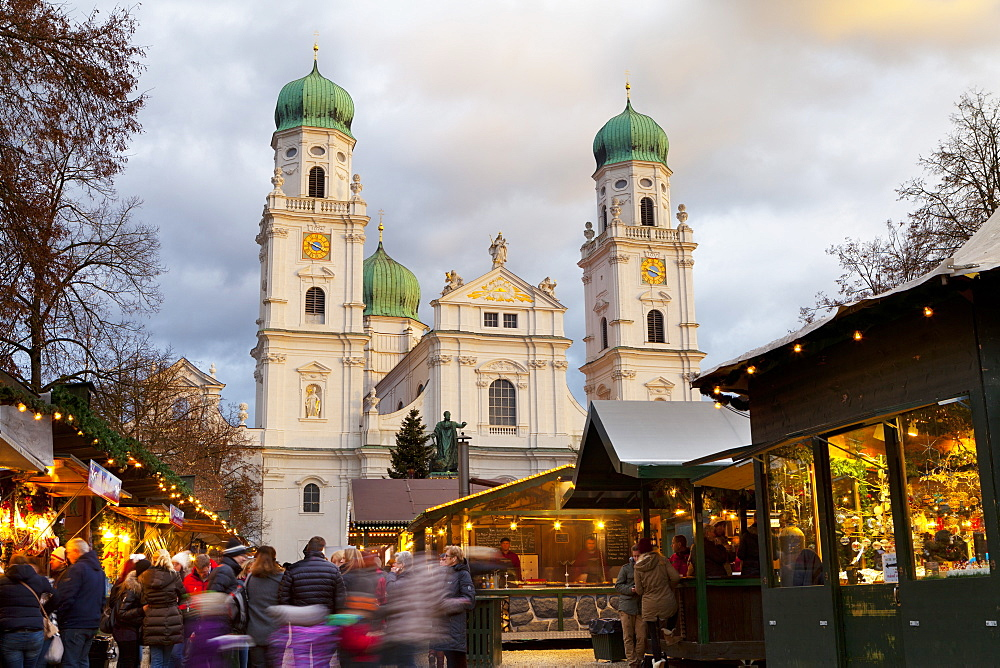 Christmas Market in front of the Cathedral of Saint Stephan, Passau, Bavaria, Germany, Europe