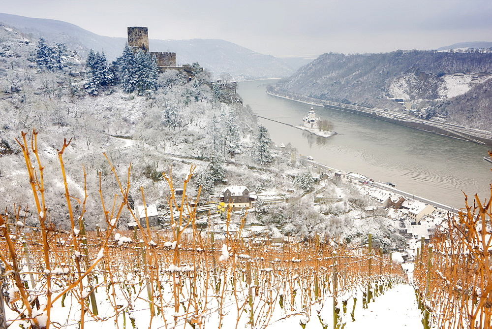 The Rhine River, Pfalz Castle and Gutenfels Castle in winter, Rheinland-Pfalz, Germany, Europe