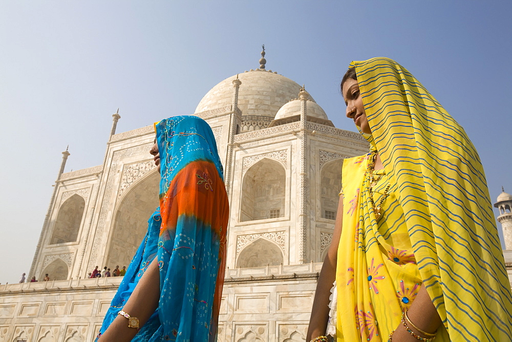 Women in traditional dress in front of the Taj Mahal, UNESCO World Heritage Site, Agra, Uttar Pradesh, India, Asia - 1158-362
