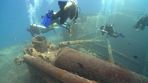 Divers over wreck (unidentifiable)  - 1159-677