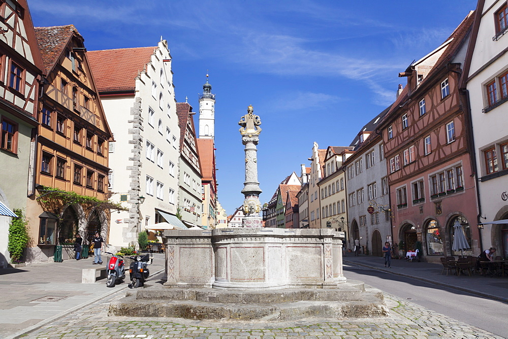 Fountain and tower of the townhall, Rothenburg ob der Tauber, Romantic Road (Romantische Strasse), Franconia, Bavaria, Germany
