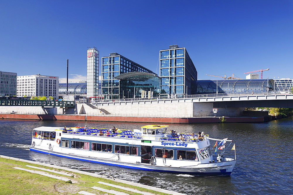 Excursion boat on Spree River, Central Station (Hauptbahnhof), Berlin Mitte, Berlin, Germany, Europe