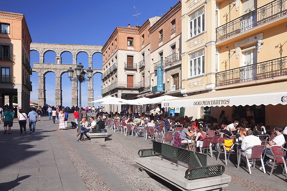 Street cafe, Roman Aqueduct, UNESCO World Heritage Site, Segovia, Castillia y Leon, Spain, Europe