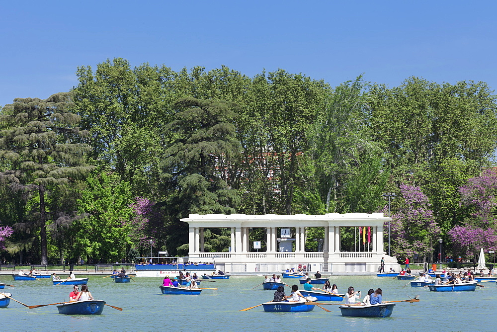 Rowboats at Estanque del Retiro Lake, Retiro Park (Parque del Buen Retiro), Madrid, Spain, Europe