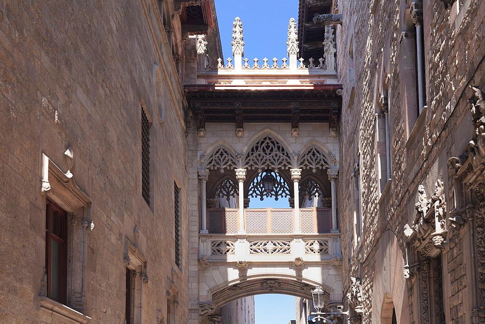 Pont del Bispe Bridge over Carrer del Bispe street, Palau de la Generalitat, Barri Gotic, Barcelona, Catalonia, Spain