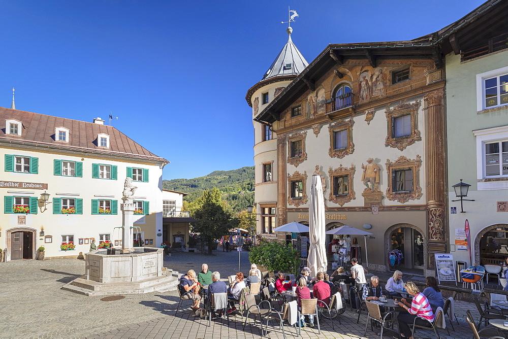 Cafe und Marmorner Brunnen Fountain at markeplace, Berchtesgaden, Upper Bavaria, Bavaria, Germany