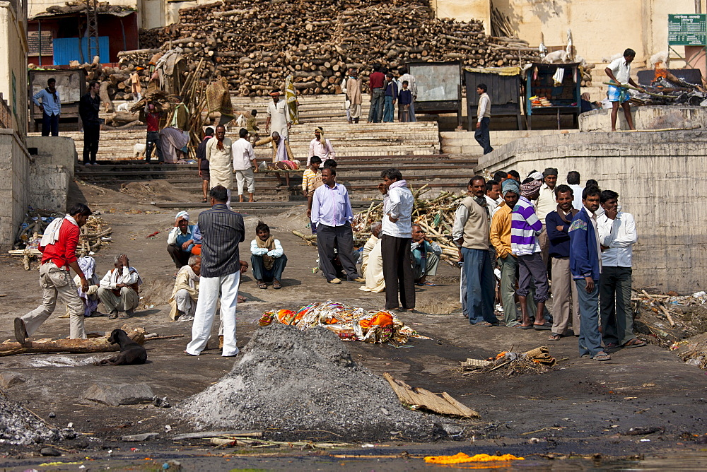 Mourners with body for Hindu cremation at Harishchandra Ghat electric crematorium in Holy City of Varanasi, Benares, India