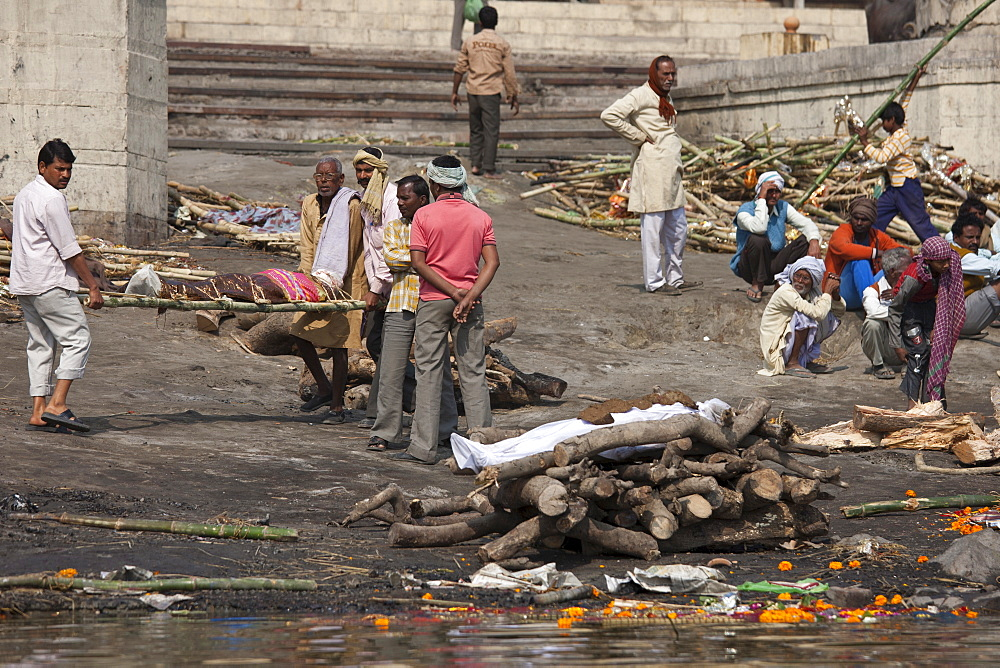 Mourners with bodies for Hindu cremation at Harishchandra Ghat crematorium in Holy City of Varanasi, Benares, India